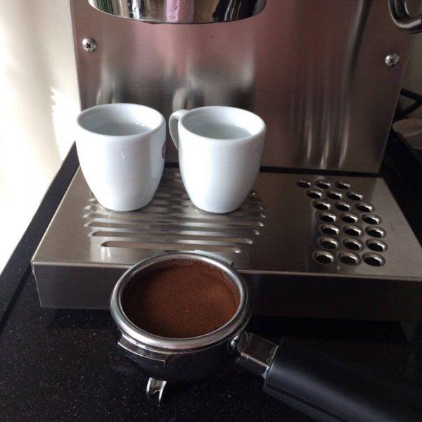Silvia Sieb gefüllt mit Kaffeepulver