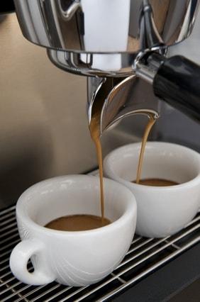 Siebträgermaschine brüht Espresso